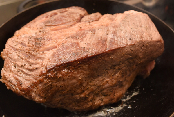 こんがりと焼いた牛肩ブロック肉
