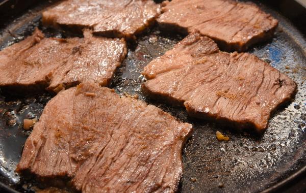 軽く焼いた牛肉